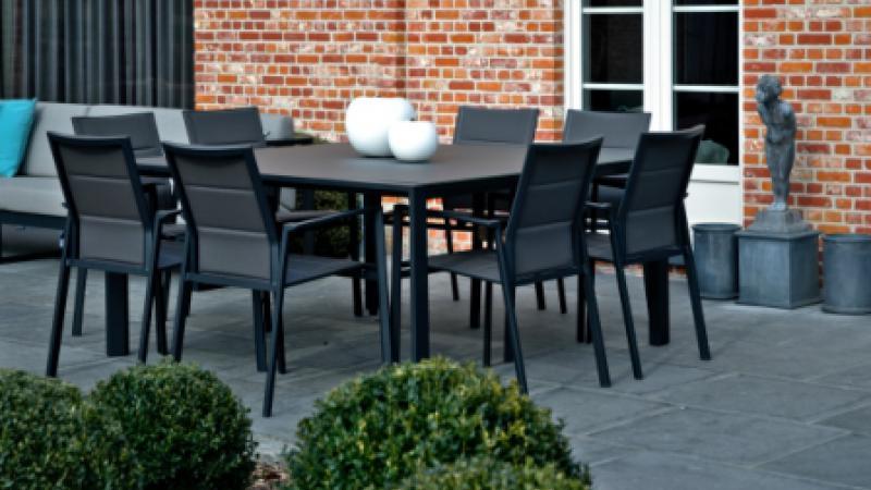 Diphano vierkante tafel met glas aluminium stapelstoelen met textilene Cores da Terra appel