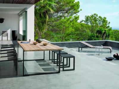 Manutti Tuinset Tafel met irokohout 240cm met stapelstoelen Helios square textilene en rugloze bank Ligbed Helios