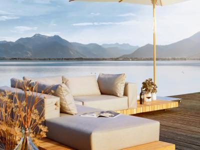 Outdoor lounge met weerbestendige kussens, teak en sunbrella stof