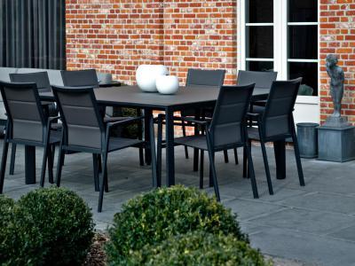 Diphano Selecta vierkante tafel met glas blad textilene stapelstoelen