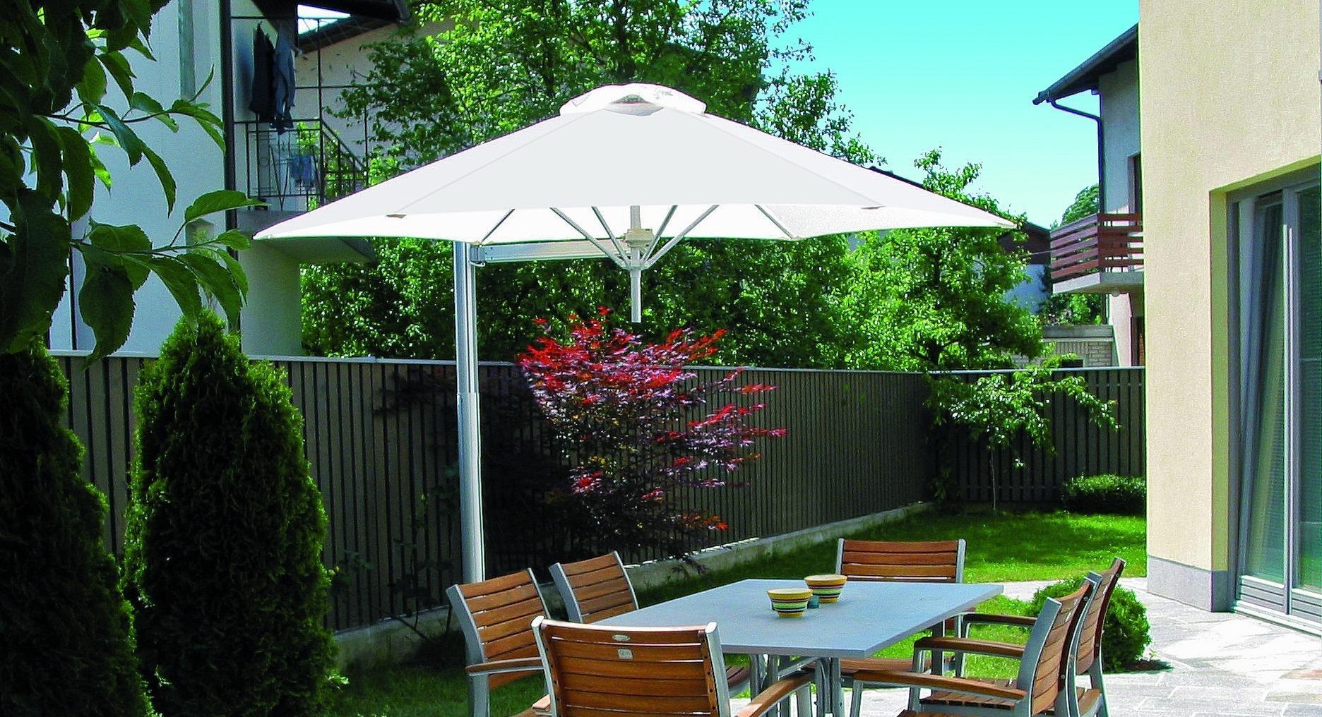 Vrijstaande vrijhangende kantelbare verrijdbare  parasol