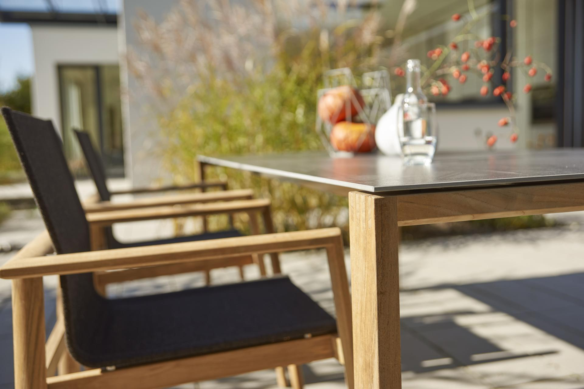 Teak stoel met textilene en outdoor tafel tuintafel met keramiek Solpuri